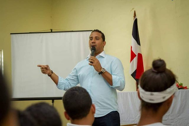 Alcalde participa en conversatorio por motivo del Día del Ayuntamiento