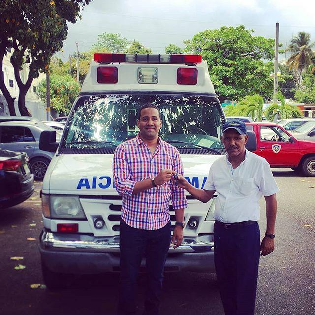 Alcalde recibe llaves de ambulancia donada por la Alcaldía de San Juan, Puerto Rico